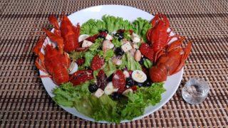 Салат с моцареллой и раками