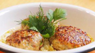 Рыбные котлеты с булгуром и сливочным соусом