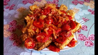 Жареная камбала с луком и помидорами